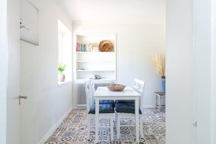 Allrum som kan fungera som matrum, sovrum eller kanske kontor.