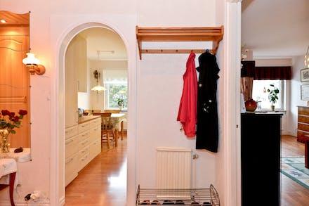 Från hall/entré nås både kök och vardagsrum