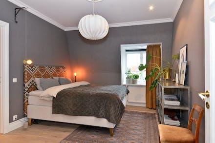Sovrum 1 (nås även via inre hall) med fönster mot Adelsgatan