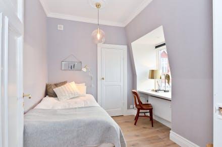 Sovrum 2 med ekgolv och dörr till walk in closet