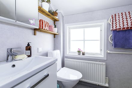 Badrum med ny badrumsinredning, övre plan