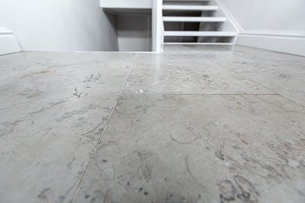 Vackert kalkstensgolv (Norrvange) samt golvvärme i hall/entré