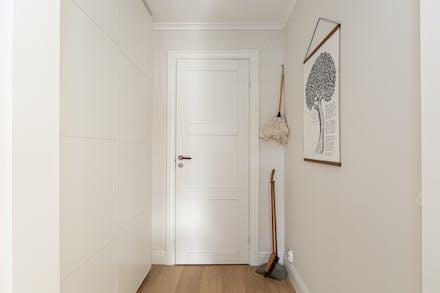 Inre hall med bra förvaring bakom skjutdörrar samt dörr till badrum