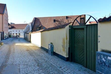 Porten leder in till huset, H10 och Kränku syns nere i backen