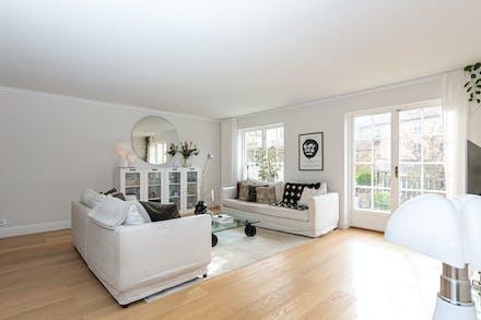 Vardagsrum med ekgolv och härligt ljusinsläpp