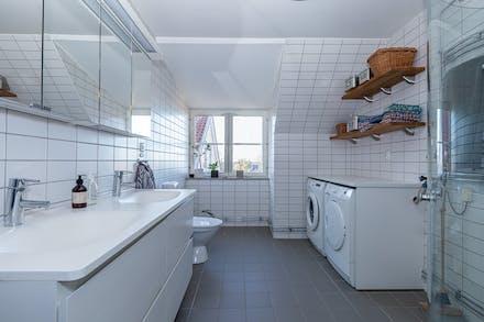 Stort, välutrustat badrum