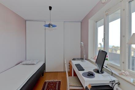 Sovrum 1 med bra förvaring bakom skjutdörrar