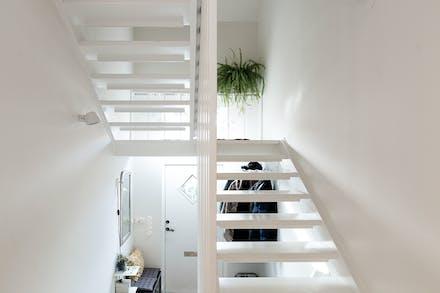 Vitmålad trappa upp till övre plan