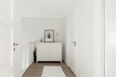 Övre hall och bortre dörr till badrum