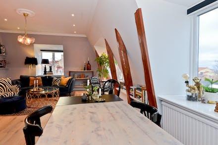 Matplats invid fönster och öppet mot vardagsrum