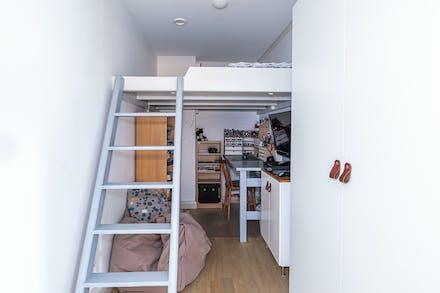 Klädkammaren mellan sovrummet går även att använda som gästrum med platsbyggd loftsäng
