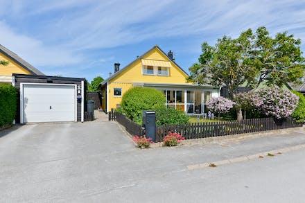 Garage och förråd finns vid sidan av huset