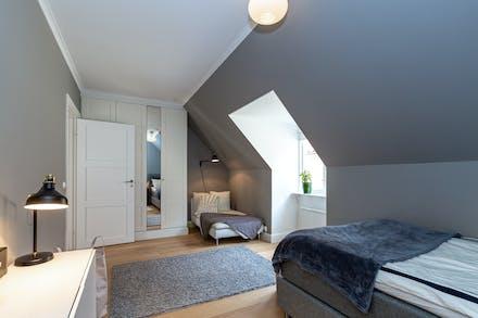 I sovrum 2 finns bra förvaring via hel garderobsvägg