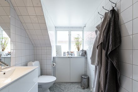 Snyggt med cararramarmor och helkaklade väggar samt fönster