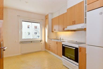Köket har gott om skåp och matplats vid fönstret