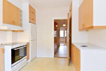 Bänk och skåp även på andra sidan i köket