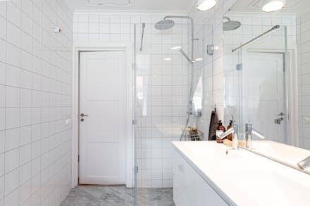 Dubbla handfat/kommod och dusch