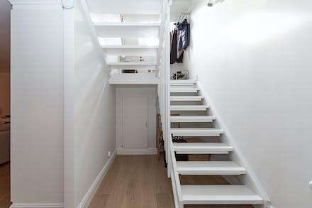 I källaren finns extra förvaring under trappan
