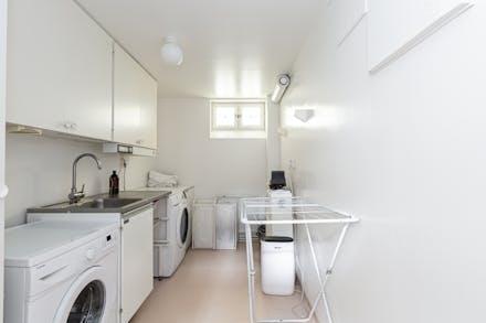 Tvättstuga i källaren med fönster