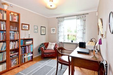 Sovrum/kontor med fönster mot baksidan