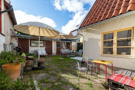 Innergård med gott om plats för utemöbler och umgänge