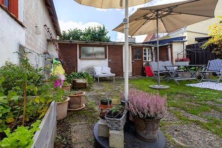 Skyddad gårdsmiljö och gårdshus med bygglov för bostadsenhet (idag tvättstuga / förråd)