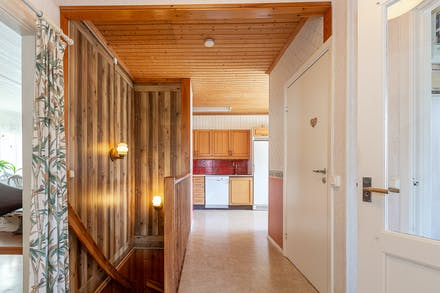 Från inre hallen nås källaren, passage till kök samt badrum