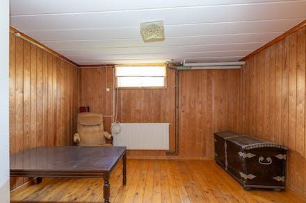 Ett ytterligare möjligt sovrum finns i källaren