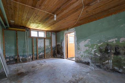 Förråd i källaren (huset dränerades på 90-talet men de invändiga väggarna åtgärdades aldrig)