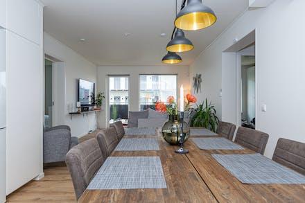 En central enhet där kök, matplats och vardagsrum hänger ihop