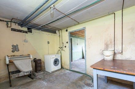 Tvättstuga med tvättmaskin