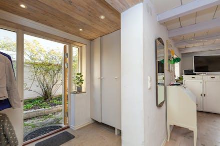 Hall/entré med kalkstensgolv och golvvärme