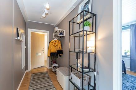 Hall/entré samt dörröppning till sovrum 1