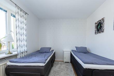 Sovrum 2 har gott om plats och fönster i östläge