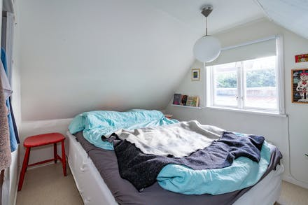 Sovrum 1 med fönster