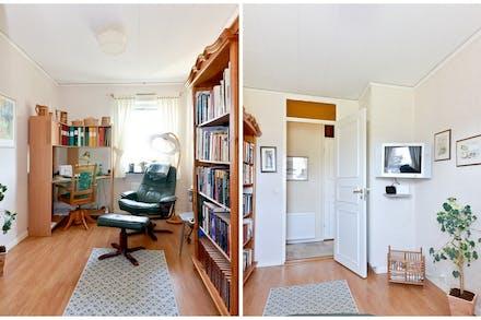 Sovrum 1 med en garderob bakom dörren