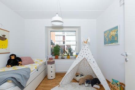 Sovrum 1 med ekparkett och fönster