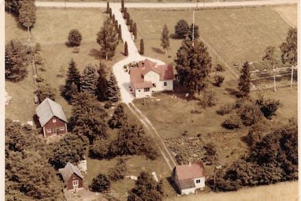 Gammalt flygfoto över Bergängens gårdsmiljö