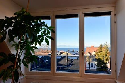 Smart fönsterlösning med vik-parti vilket gör att inne- och utemiljö kan öppnas upp för varandra