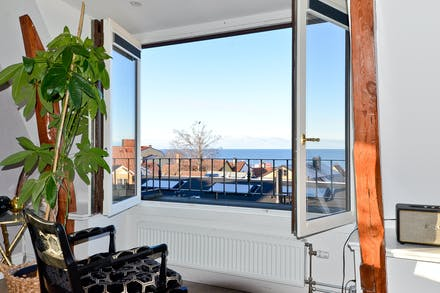 Vackra framtagna stödben och en härlig utsikt över hustaken och havet