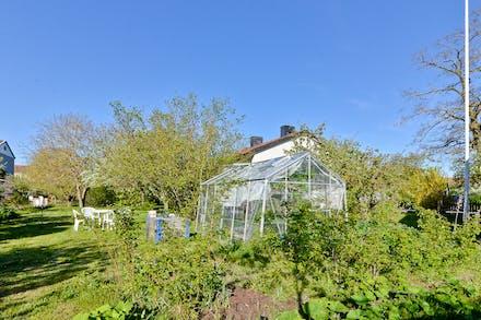 Lummig trädgård och ett skönt läge på hörntomt.