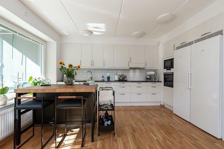 Välutrustat kök med plats för endera matbord eller som här en köksö