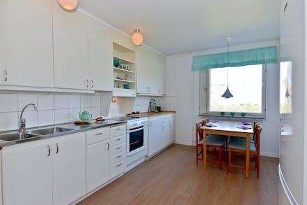 Rymligt kök med matplats invid fönster