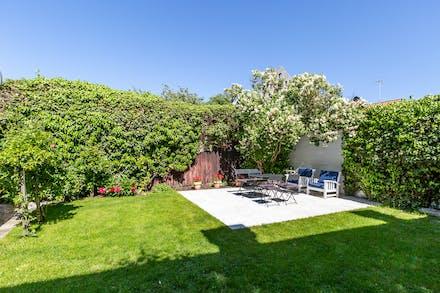 Grönskande trädgård och utan insyn