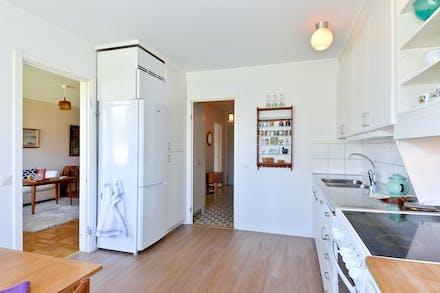 Kök med gott om plats och nyinlagt laminatgolv