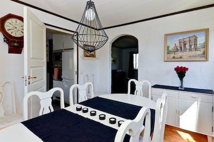 Matrummet bra placerat mellan kök och vardagsrum