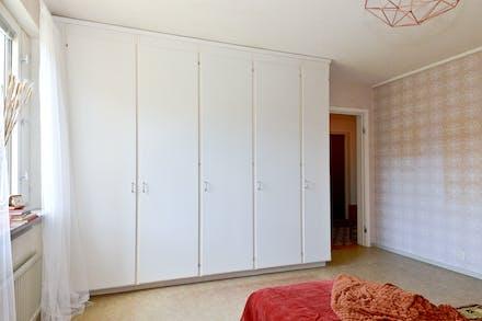Bra förvaring via hel garderobsvägg i sovrummet