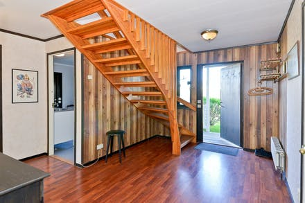 Från den rymliga entréhallen går trappan upp till övervåningen