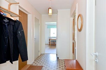 Här finns plats för ytterkläder och även en garderob och ett städskåp