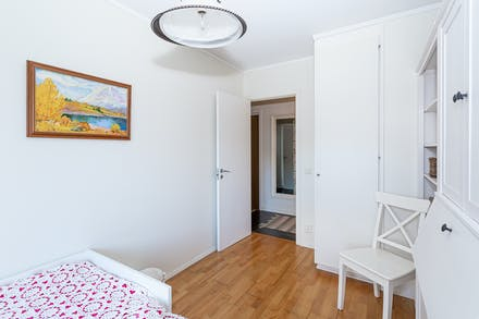 Två garderober i detta sovrum
